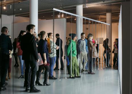 Widzowie i dzieło, w zielonym ubraniu Egon Fietke (Andrzej Miastkowski, Wspólnota Leeeżeć)