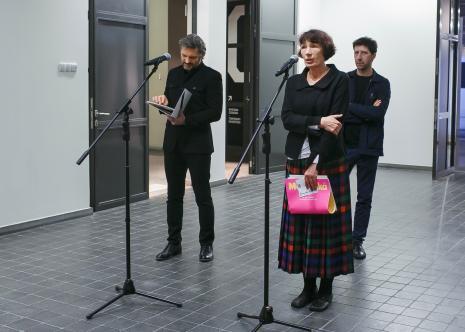 Od lewej dyr. Jarosław Suchan oraz kuratorzy wystawy: Anna Saciuk-Gąsowska (Dział Sztuki Nowoczesnej) i Vít Havránek