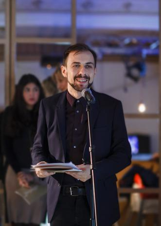 Kurator wystawy Daniel Muzyczuk (kierownik Działu Sztuki Nowoczesnej)