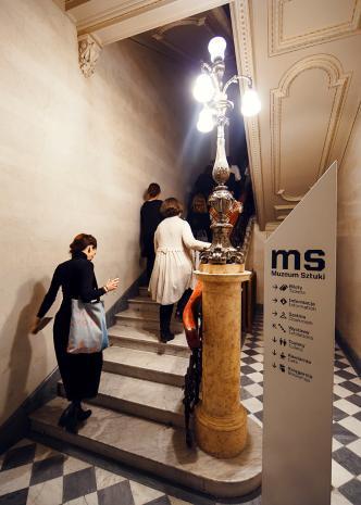 Na klatce schodowej ms
