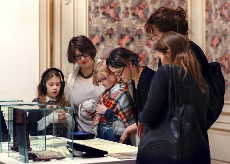 Uczestnicy wernisażu na wystawie