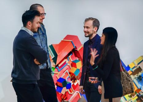 Pd lewej x, dr Łukasz Ogórek (ASP w Łodzi) w rozmowie z kuratorami wystawy Danielem Muzyczukiem (Dział Sztuki Nowoczesnej) i Natashą Ginwalą