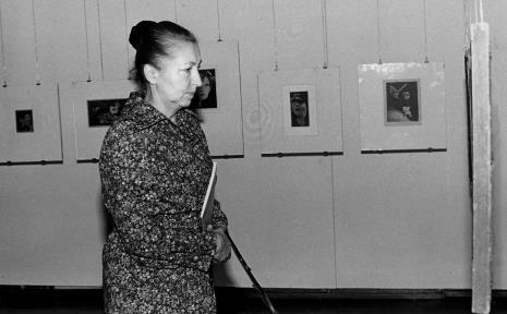 Dr Irena Jakimowicz (Muzeum Narodowe w Warszawie) na wernisażu wystawy Hanach Hoch. Malarstwo - rysunek- collage (oraz Antoni Starczewski. Paralele, Ireneusz Pierzgalski. Relacje)