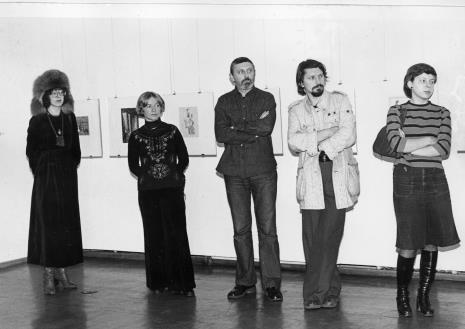 Od lewej x, Janina Tworek-Pierzgalska, Ireneusz Pierzgalski, Jerzy Treliński, x na wernisażu wystawy Hanach Hoch. Malarstwo - rysunek- collage (oraz Antoni Starczewski. Paralele, Ireneusz Pierzgalski. Relacje)