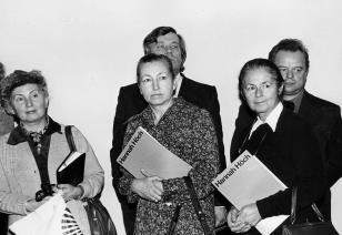Od lewej red. Irena Beck (PAP), dr Irena Jakimowicz (Muzeum Narodowe w Warszawie), red. Ewa Garztecka (Trybuna Ludu), z tyłu Dieter Hönisch (Nationalgalerie w Berlinie Zachodnim) i Stanisław Bareja na (reżyser) wernisażu wystawy Hanach Hoch. Malarstwo - r
