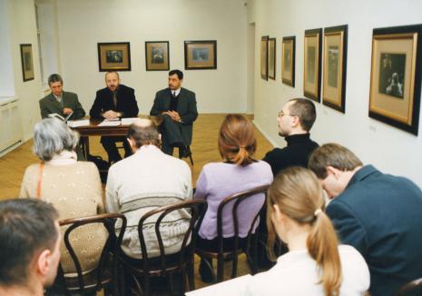 Od lewej kurator wystawy Krzysztof Jurecki (Dział Fotografii i Technik Wizualnych), dyr. Mirosław Borusiewicz (ms), x