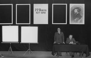 Dyr. Ryszard Stanisławski otwiera obrady, obok prof. Jan Białostocki