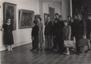 Grupa robotników zwiedzająca Galerię Malarstwa Polskiego w Muzeum Sztuki w Łodzi
