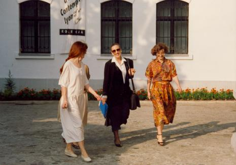 Maja Komorowska (w środku) na dziedzińcu Pałacu Herbsta, z prawej kustosz Janina Bojarska