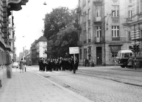 Przemarsz Orkiestry Dętej ZPB im. Juliana Marchlewskiego przez ul. Więckowskiego i Gdańską