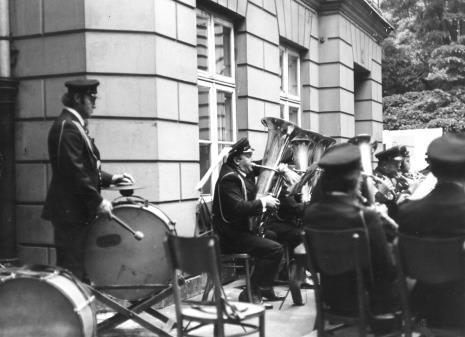 Koncert Orkiestry Dętej ZPB im. Juliana Marchlewskiego na dziedzińcu Muzeum Sztuki
