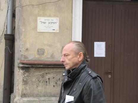 Zbigniew Libera na dziedzińcu Gminy Wyznaniowej Żydowskiej w Łodzi