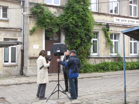 Zdjęcia na dziedzińcu w Gminie Wyznaniowej Żydowskiej w Łodzi