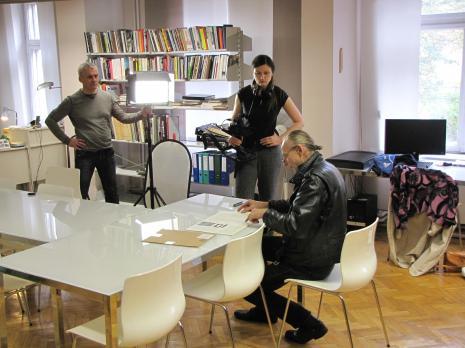 Od lewej x, Aleksandra Panisko, Zbigniew Libera w bibliotece ms
