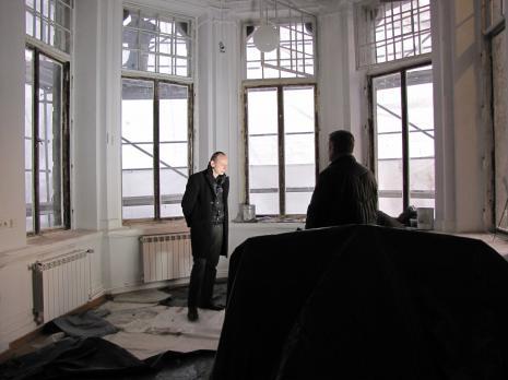 Zbigniew Libera w remontowanym gabinecie dyrektora ms