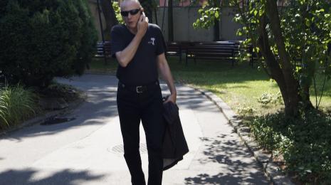 Zbigniew Libera na dziedzińcu ms