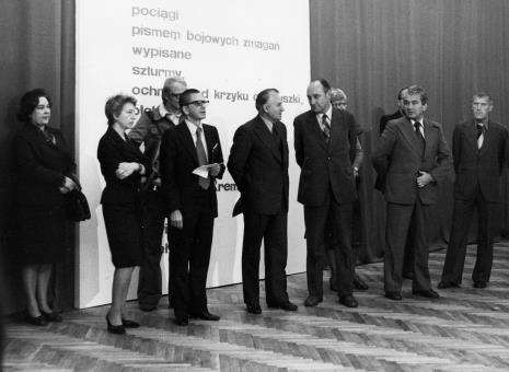 Od lewej x, Jelena Michajłowa (Państwowe Muzeum Literatury w Moskwie), red. Wojsław Rodacki (Polskie Radio), dyr. Ryszard Stanisławski,  Bogdan Koperski (I sekretarz KŁ PZPR), Tadeusz Kaczmarek (wiceminister kultury i sztuki), Jan Morawiec (wiceprezydent Łodzi), Wiesław Garboliński (rektor PWSSP w Łodzi)