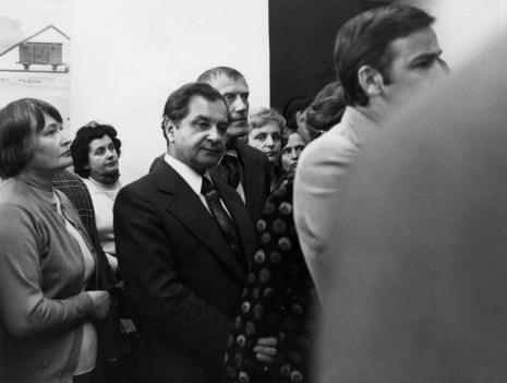 Od lewej Halina Szałowska (Dział Dokumentacji Naukowej), x, Mieczysław Ptaśnik (MKiS), Wiesław Garboliński (rektor PWSSP w Łodzi)