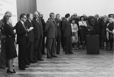 Od lewej Jelena Michajłowa (Państwowe Muzeum Literatury w Moskwie), dyr. Ryszard Stanisławski,  Bogdan Koperski (I sekretarz KŁ PZPR), Tadeusz Kaczmarek (wiceminister kultury i sztuki), Wojciech Ekiert (dyrektor Wydziału Kultury RN), Jan Morawiec (wiceprezydent Łodzi), Wiesław Garboliński (rektor PWSSP w Łodzi), Lech Kunka, red. Aleksander Nieśmiałek (po lewej stronie rzeźby, TVP), Apoloniusz Zawilski (po prawej stronie rzeźby)