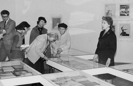 Od lewej x, red. J. Pałęcka (Zwierciadło), red. Lucyna Hoszowska (Express Ilustrowany), pochylona red. Irena Beck (PAP), x, Jelena Michajłowa (Państwowe Muzeum Literatury w Moskwie)