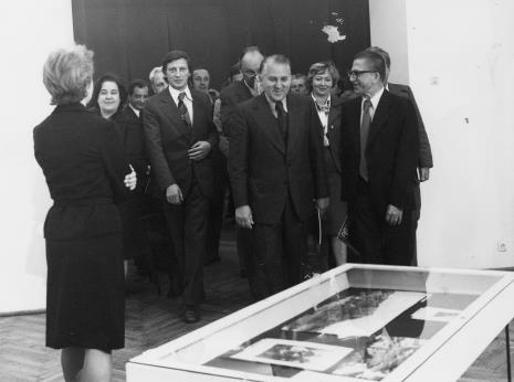 Jelena Michajłowa (Państwowe Muzeum Literatury w Moskwie) oprowadza po wystawie  Bogdana Koperskiego (I sekretarz KŁ PZPR) i Tadeusza Kaczmarka (wiceministra kultury i sztuki) w towarzystwie dyr. Ryszarda Stanisławskiego