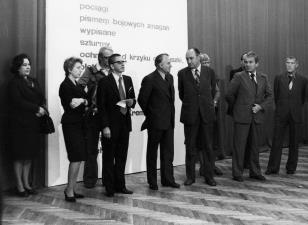 Od lewej x, Jelena Michajłowa (Państwowe Muzeum Literatury w Moskwie), red. Wojsław Rodacki (Polskie Radio), dyr. Ryszard Stanisławski,  Bogdan Koperski (I sekretarz KŁ PZPR), Tadeusz Kaczmarek (wiceminister kultury i sztuki), Jan Morawiec (wiceprezydent