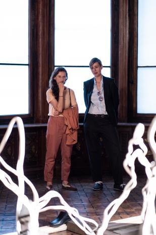 Z prawej kuratorka wystawy Magdalena Kownacka