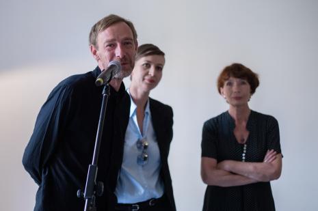 Kuratorzy wystawy, od lewej Gaweł Kownacki, Magdalena Kownacka, Anna Saciuk-Gąsowska (Dział Sztuki Nowoczesnej)