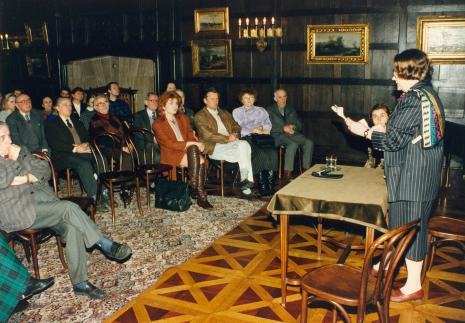 Prof. Krystyna Kersten prowadzi wykład. Siedzą od prawej red. Krystyna Namysłowska (Polskie Radio), Lejb Preszkier (Gmina Wyznaniowa Żydowska w Łodzi), x, x, red. Jacqulinne Kasprzak