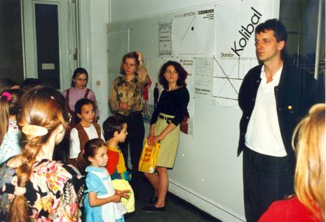 Maria Brewińska (w żółtej spódnicy) i Dariusz Bugalski z Działu Naukowo-Oświatowego prowadzą zajęcia