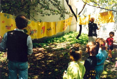 Impresje wiosenne, zajęcia dla dzieci prowadzone na dziedzińcu ms przez Mariusz Korcza i Alinę Mołdawę