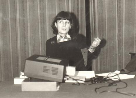Dr Ewa Kuryluk podczas wykładu w czytelni biblioteki ms