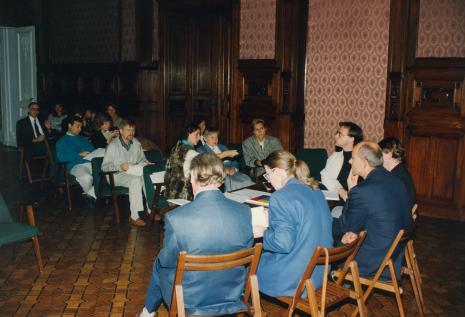 W białej marynarce przy stole Jerzy Jarniewicz (Uniwersytet Łódzki), w pierwszym rzędzie siedzi red. Krystyna Namysłowska (Polskie Radio), obok Janina Ładnowska (Dział Sztuki Nowoczesnej)
