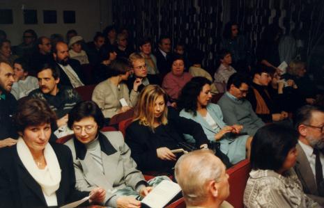 Pierwszy z lewej red. Tomasz Włodkowski (Gazeta Wyborcza, Łódź), w środkowym rzędzie trzecia od lewej Maria Morzuch (Dział Sztuki Nowoczesnej), piąty - Piotr Piluk