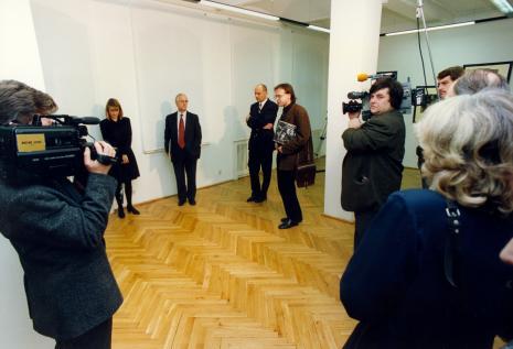 Od lewej przedstawicielka The Royal Photographie Society Bath, przedstawiciel The British Council, dyr. Jaromir Jedliński (ms), Jerzy Jarniewicz (Uniwersytet Łódzki, tłumacz), ekipa TVP Łódź