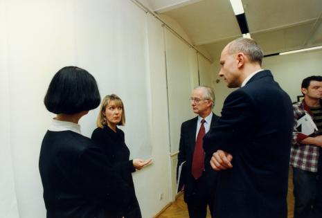 Od lewej Urszula Czartoryska (Dział Fotografii i Technik Wizualnych), przedstawicielka The Royal Photographie Society Bath, przedstawiciel The British Council, dyr. Jaromir Jedliński (ms), x