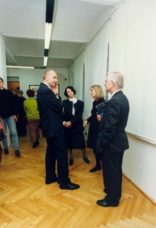 Dyr. Jaromir Jedliński (ms) w rozmowie z Urszulą Czartoryską (Dział Fotografii i Technik Wizualnych) i przedstawicielami The Royal Photographie Society Bath oraz The British Council