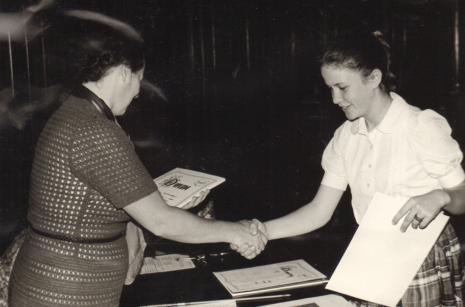 Inspektor kuratorium Janina Rybicka wręcza dyplom uczestniczce konkursu