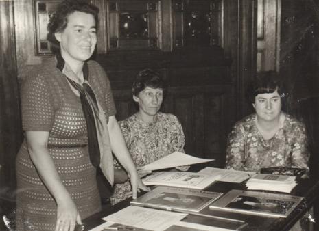 Od lewej inspektor kuratorium Jadwiga Rybicka, Alina Mołdawa (Pracownia Wiedzy o Sztuce), Janina Ojrzyńska (Dział Dokumentacji Naukowej)