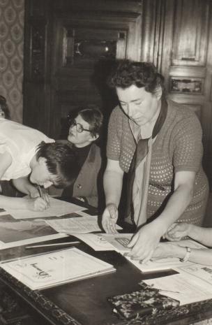 Od lewej laureatka konkursu, Jadwiga Borzęcka (kierownik Działu Naukowo–Oświatowego), inspektor kuratorium Jadwiga Rybicka