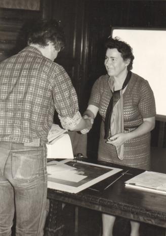 Zdobywca I nagrody odbiera gratulacje od inspektor kuratorium Jadwigi Rybickiej