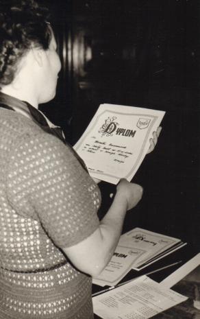 Inspektor kuratorium Janina Rybicka z dyplomem