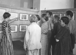 Wystawa oświatowa z reprodukcji. Z lewej Wanda Nowakowska (Dział Naukowo-Oświatowy)