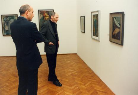 Dyr. Jaromir Jedliński (ms) oprowadza Ryszarda Krynickiego po wystawie w Muzeum Sztuki