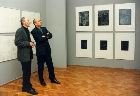 Poeta Ryszard Krynicki oprowadzany po wystawie w Muzeum Sztuki przez dyr. Jaromira Jedlińskiego