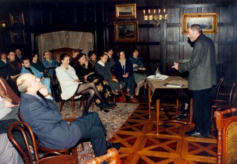 Ryszard Krynicki podczas spotkania; w pierwszym rzędzie po lewej dyr. Jaromir Jedliński. W głębi drugi od lewej Dariusz Bugalski (Dział Naukowo-Oświatowy), przy kominku Wiesław Barszczak (fotograf), trzecia od prawej Anna Saciuk-Gąsowska (Dział Grafiki)