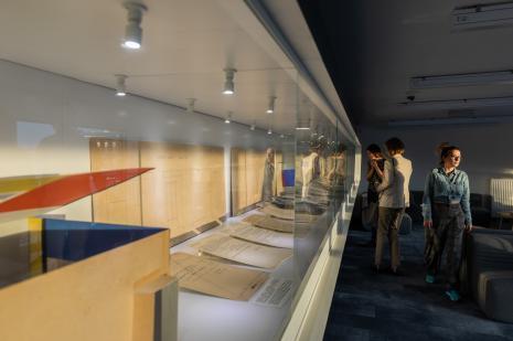 Wystawa dokumentów o Sali Neoplastycznej na antresoli biblioteki ms