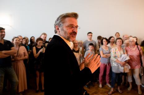 Dyr. Jarosław Suchan podczas oprowadzania gości po wystawie
