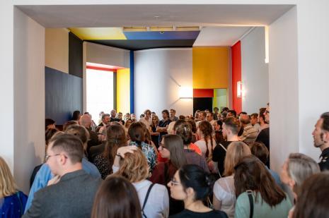 Publiczność na otwarciu wystawy i odnowionego budynku ms - w Sali Neoplastycznej