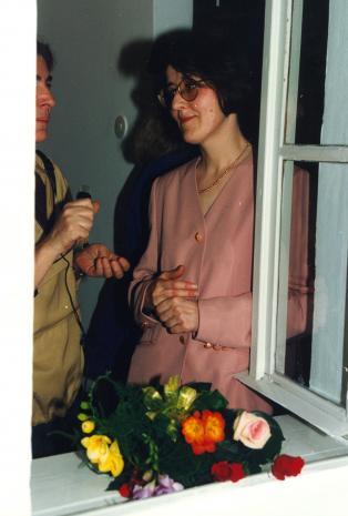 Kuratorka wystawy Dorota Berbelska (z prawej) udziela wywiadu red. Krystynie Namysłowskiej (Polskie Radio)